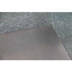 Tapis rainuré en caoutchouc pour bac outillage en métal
